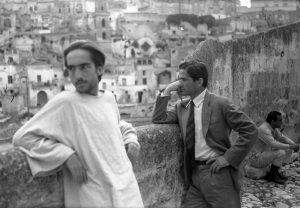 NoteVerticali.it_Pasolini a Matera_davanti ai sassi