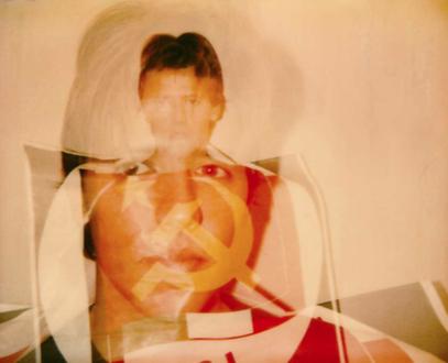Fotomontaggio tra un ritratto di Francesco Serra nel 1986 e una bandiera del PCI (foto F. Serra)