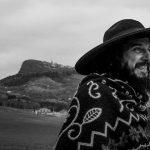 Il paese dei coppoloni: Vinicio Capossela narra la dignità del passato