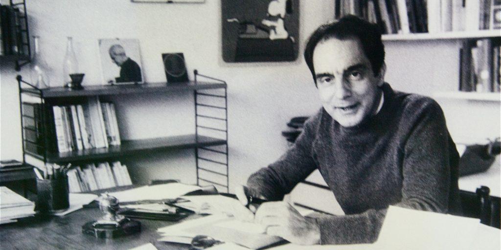 Italo Calvino nel suo studio