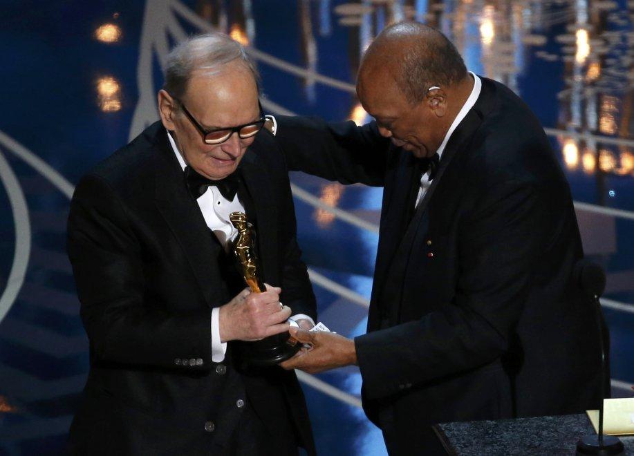 Un commosso Ennio Morricone ha ritirato il suo primo Oscar
