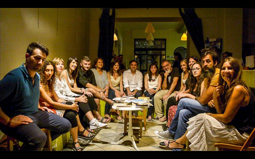 Il gruppo di lettura radunato a Cosenza presso 'Otra Vez'
