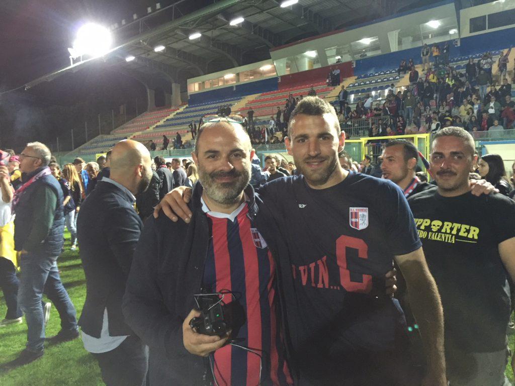 Vincenzo Greco, con la sua inseparabile videocamera, con uno dei giocatori, Gabriele Franchino, la sera del festeggiamento dopo la vittoria allo spareggio.