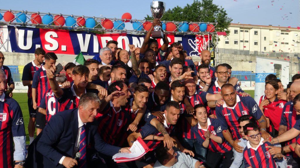 La Vibonese solleva la Coppa per aver vinto il campionato di serie D.